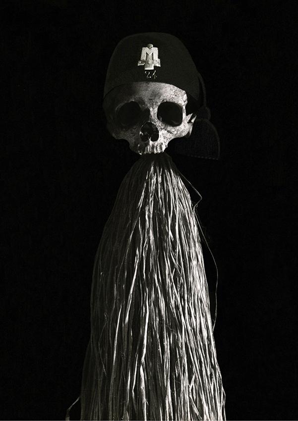 SPAVENTAPASSERI FASCISTA, 1975 - teschio umano, fez (copricapo della divisa fascista), fili di rafia, asta di bambù, cm. 200