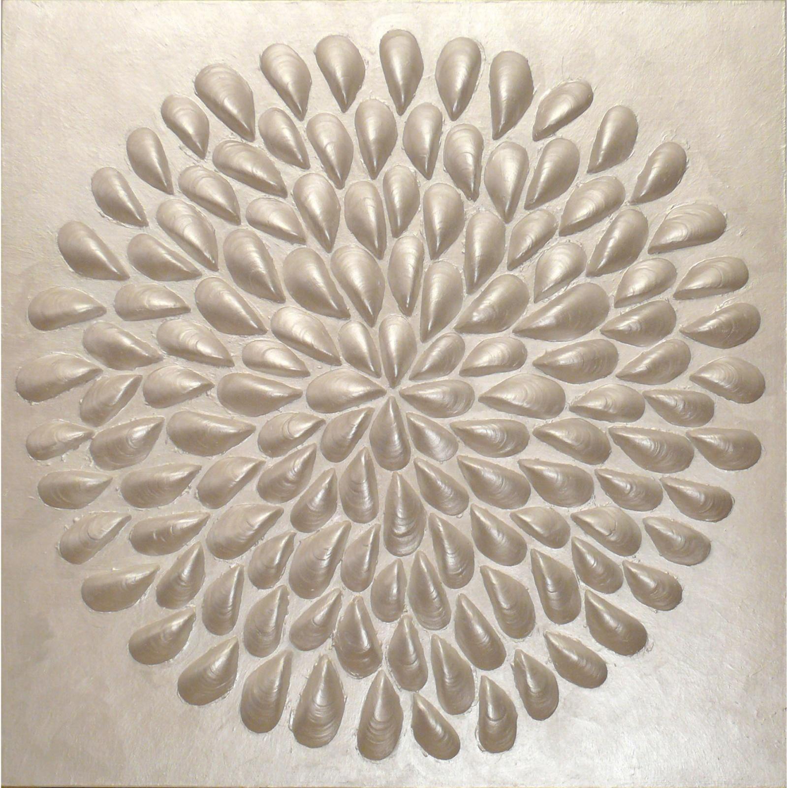 I FIORI DEL MARE: Silver flower . 2012 - Mosaico di gusci di frutti di mare su tavola, colore acrilico + teca in plexiglass, cm.65 x 65 x 10 Collezione arch. Luigi Sylos Labini, Bari